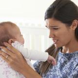donna-mamma-depressa-bambino-neonato