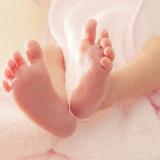 neonato-piedini