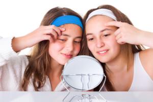 ragazze-acne-pelle-specchio
