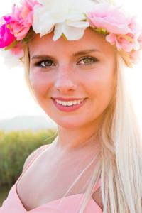 donna-bionda-fiori