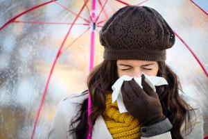 previenila-influenza-donna-starnuto