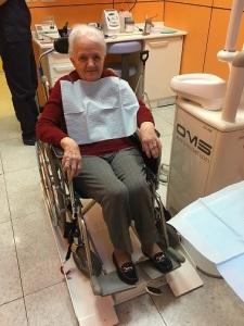 Una nuova pedana rende accessibili le cure odontoiatriche for Fisico sedia a rotelle