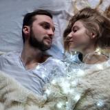 coppia-letto-luci