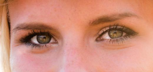 donna-bionda-fiori-occhi