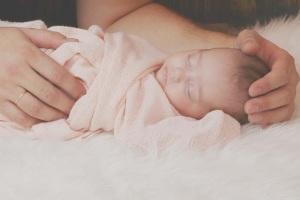 neonato-bambino-mani