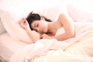 donna-letto-rosa