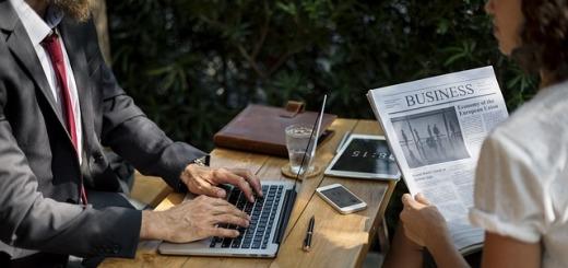 persone-computer-giornale