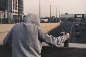 ragazzo-felpa-alcolismo