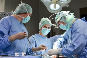 medici-chirurghi-in-sala-operatoria