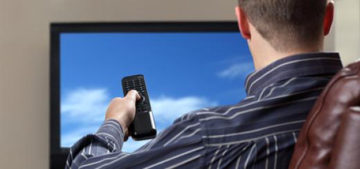 uomo-televisione-poltrona