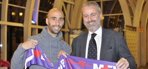 borja valero ricevo la sciarpa del meyer viola club dal commissario  del meyer alberto zanobini