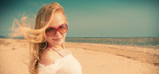 donna-sulla-spiaggia