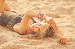 donna-sabbia-spiaggia