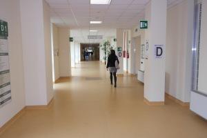 AOU-Ferrara_corridoio-1D1-persone-spalle-settore1