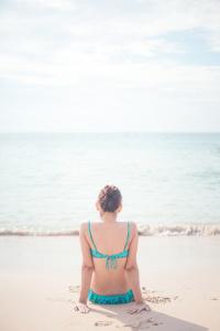 donna-spalle-spiaggia-mare
