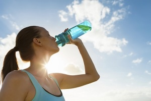 donna-beve-acqua-sole