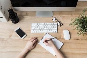 mani-scrivere-smartphone-computer-pc