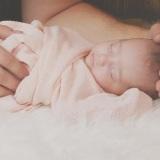 neonato-bambino-mani-copertina-rosa