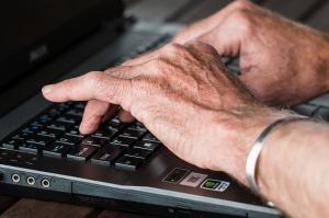 anziano-mani-computer-pc
