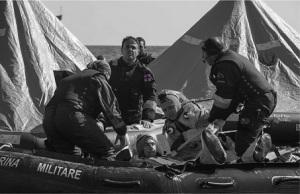 personale-infermieristico-marina-militare-impegnato-in-soccorso-in-mare