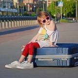 bambina-valigia-vacanze