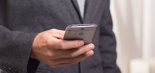 cellulare-smartphone-uomo-giacca