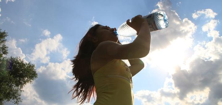 donna-beve-acqua
