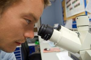 ricercatore-microscopio