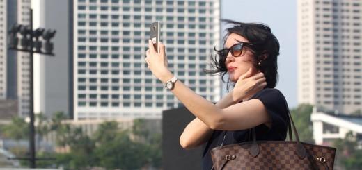selfie-donna-telefono-cellulare-smartphone