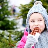 bambina-cibo-cioccolata-inverno