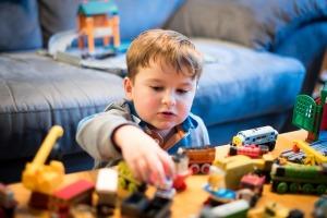 bambino-trenino-giocattoli