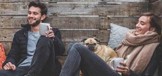 coppia-ragazzi-giovani-cane
