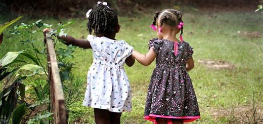 bambine-di-spalle