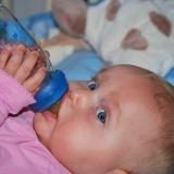 bambino-bottiglia-acqua
