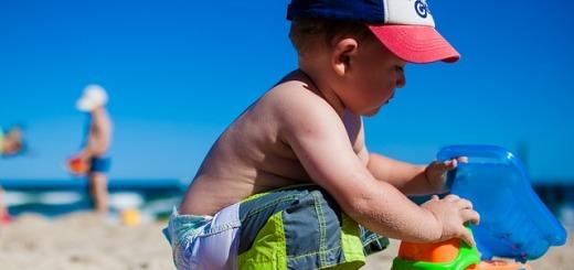 bambino-mare-spiaggia-giochi