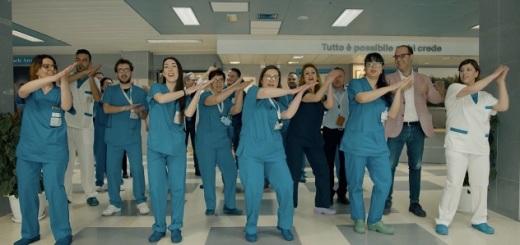 medici-e-infermieri-ospedale-giglio-simulano-lavaggio-mani