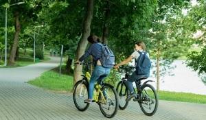 parco-coppia-ragazzi-biciletta