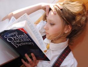 donna-ragazza-libro-lettura